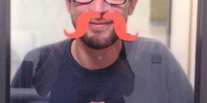 Sylvain avec une fausse moustache