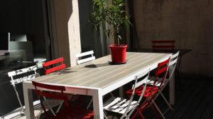 Table située en terrasse des locaux de Bordo Buro en face de la salle de réunion