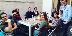 Table sur terrasse de bureaux à partager